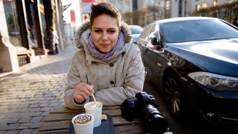 Śliczna dziewczyna pije kawę zdjęcie royalty free