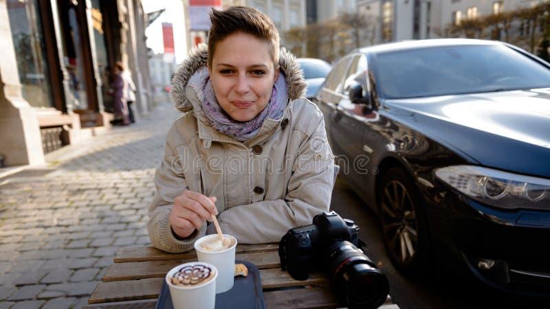 Śliczna dziewczyna pije kawę fotografia stock