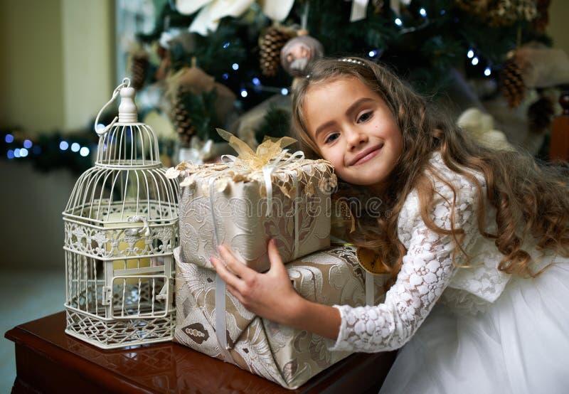 Śliczna dziewczyna raduje się prezent dla bożych narodzeń obraz royalty free