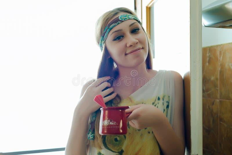 Śliczna dziewczyna trzyma garnek świeżo robić kawa zdjęcie stock