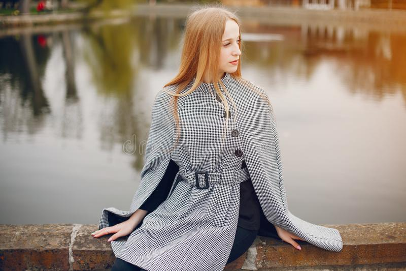 Śliczna dziewczyna w jesieni zdjęcia stock