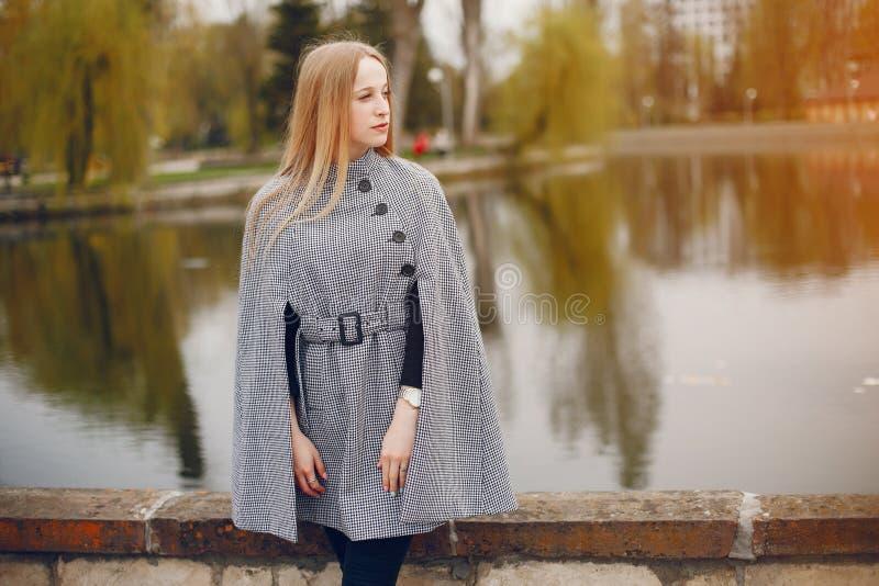 Śliczna dziewczyna w jesieni fotografia stock