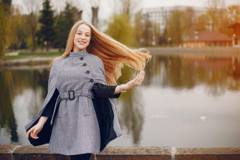 Śliczna dziewczyna w jesieni obraz stock