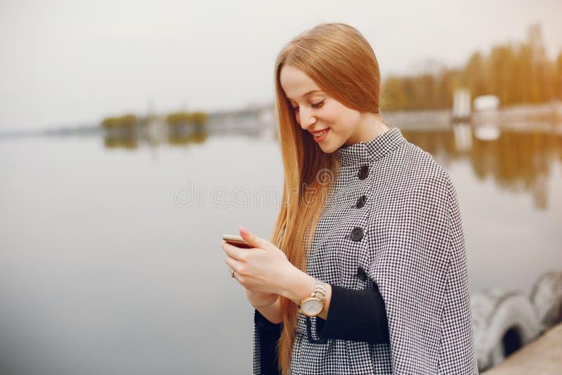 Śliczna dziewczyna w jesieni obrazy royalty free