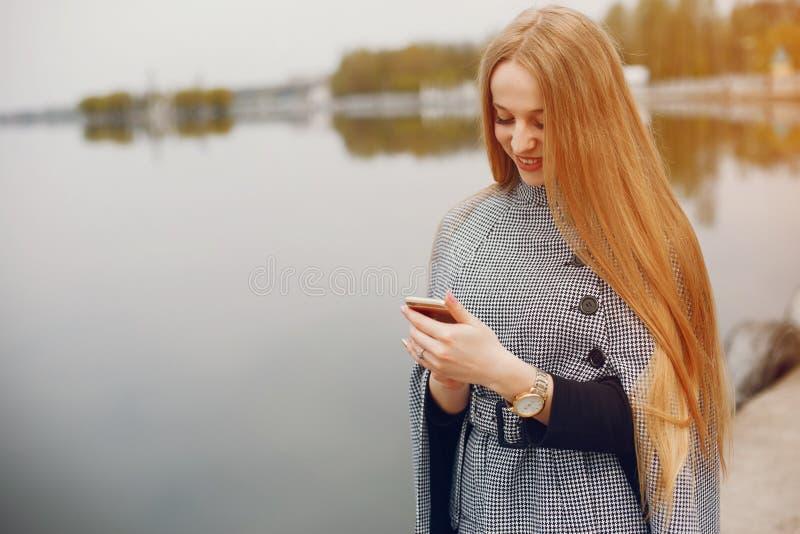 Śliczna dziewczyna w jesieni obrazy stock