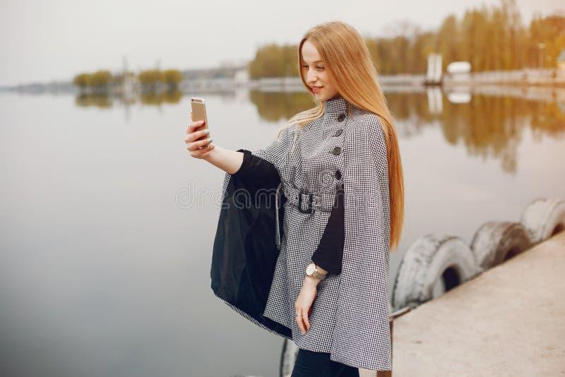 Śliczna dziewczyna w jesieni zdjęcie royalty free