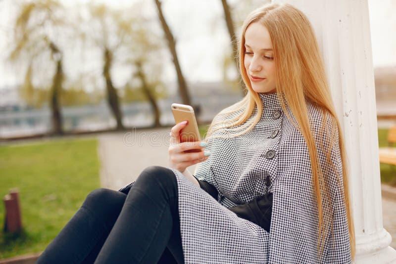 Śliczna dziewczyna w jesieni fotografia royalty free