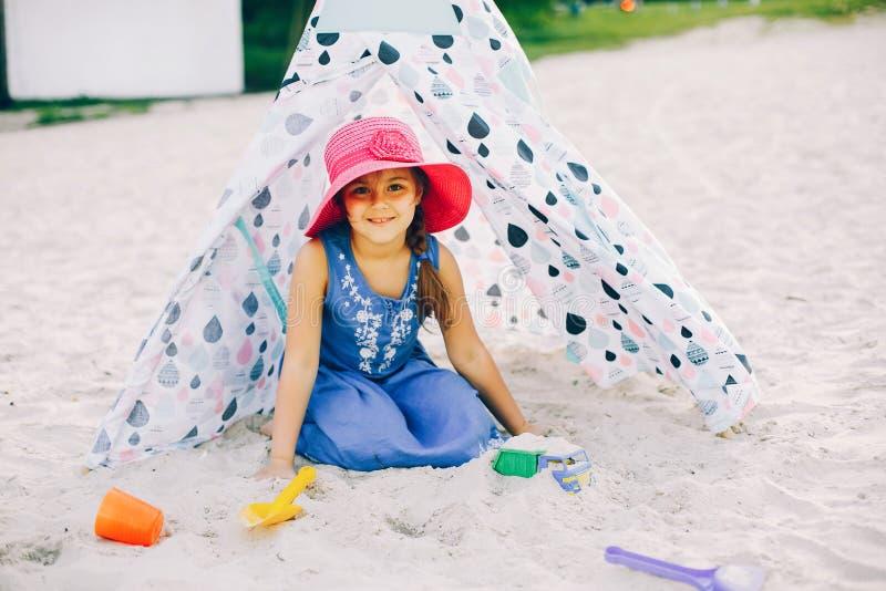 Śliczna dziewczyna w lato plaży fotografia stock