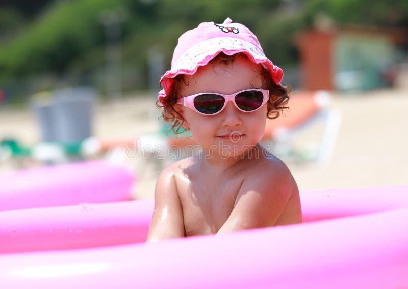 Śliczna dziewczyna w różowych okularach przeciwsłonecznych obrazy royalty free