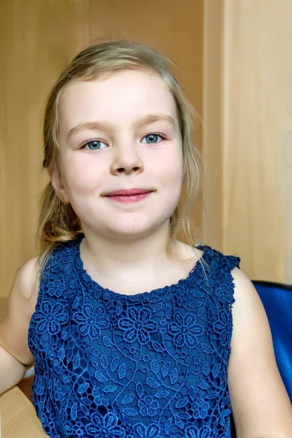 Śliczna dziewczyna w zmroku - błękit suknia fotografia stock