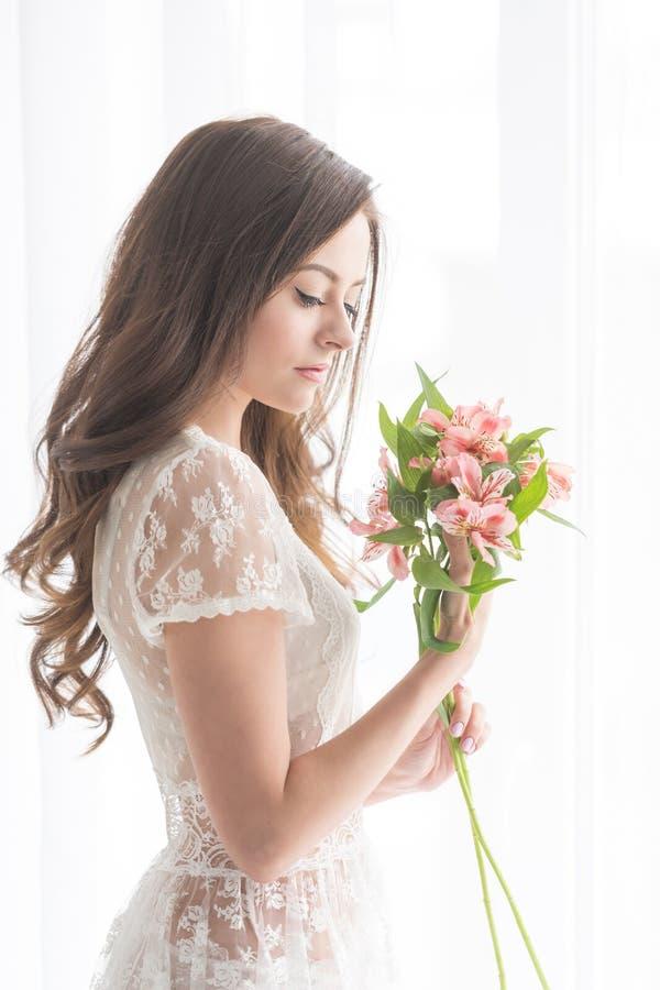 Śliczna dziewczyna z bukietem kwiaty obraz royalty free