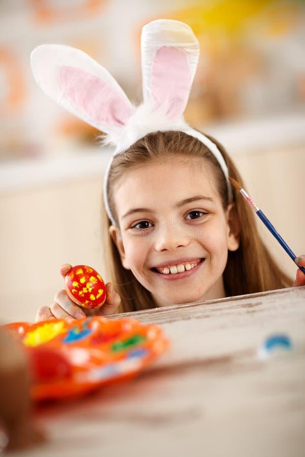 Śliczna dziewczyna z malującymi jajka i królika ucho fotografia stock