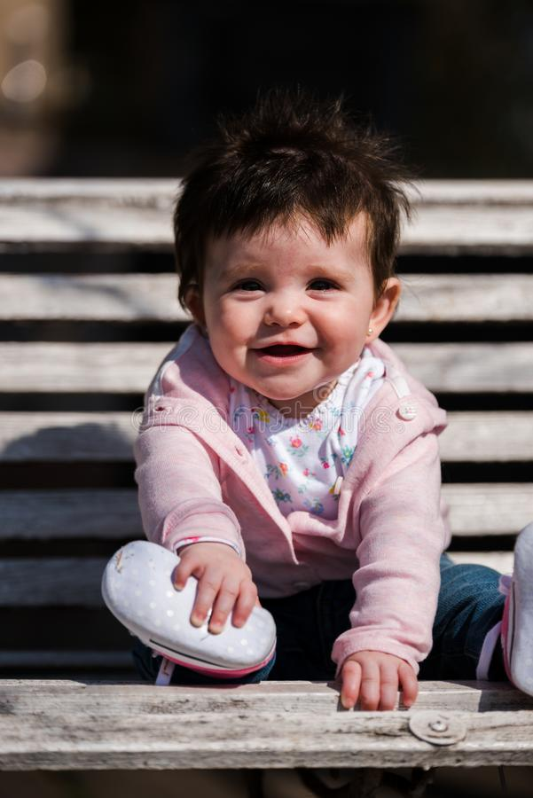 Śliczna dziewczynka śmia się będący ubranym cajg zdjęcie royalty free