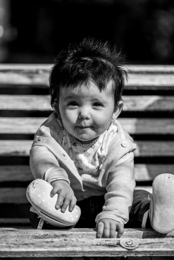 Śliczna dziewczynka śmia się będący ubranym cajg obrazy royalty free