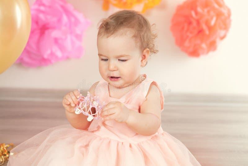 Śliczna dziewczynka świętuje urodziny jeden rok fotografia royalty free