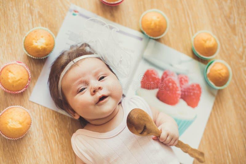 Śliczna dziewczynka bawić się z zabawkami w pokoju obrazy stock