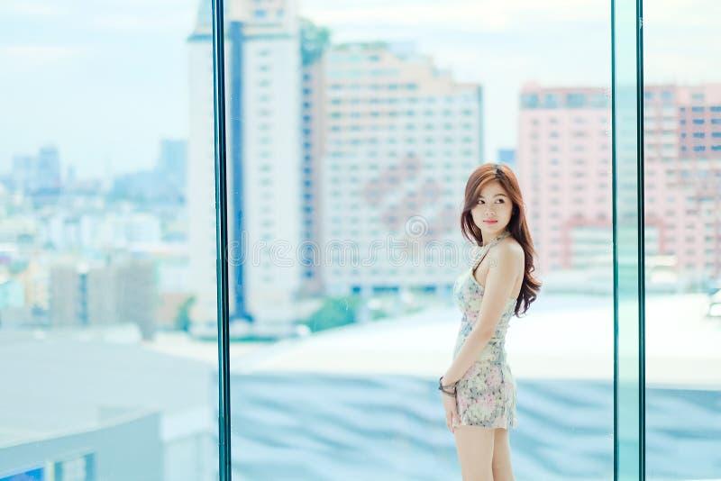Śliczna dziewczyny pozycja na jaskrawym dniu fotografia stock