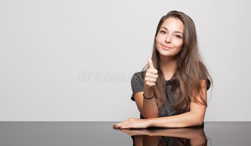 Śliczna gestykuluje brunetka. zdjęcia stock