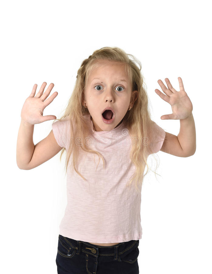 Śliczna i słodka mała dziewczynka w twarzy wyrażeniowy patrzeć zadziwiający w schock obraz royalty free