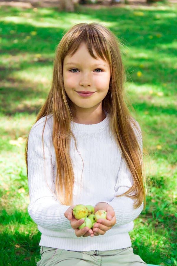 śliczna jabłko dziewczyna zdjęcia stock