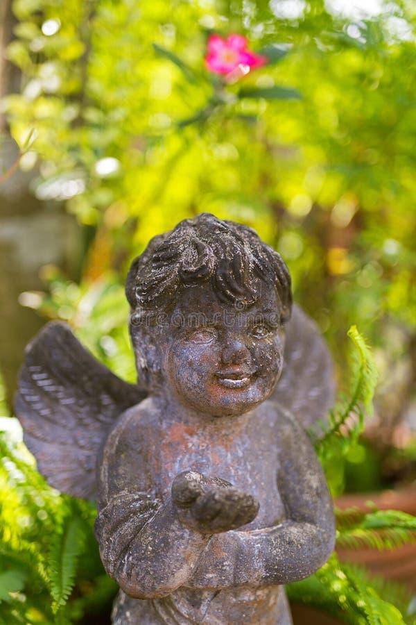 Śliczna kamienna anioła amorka rzeźba z skrzydłami dekoruje Garde obrazy royalty free