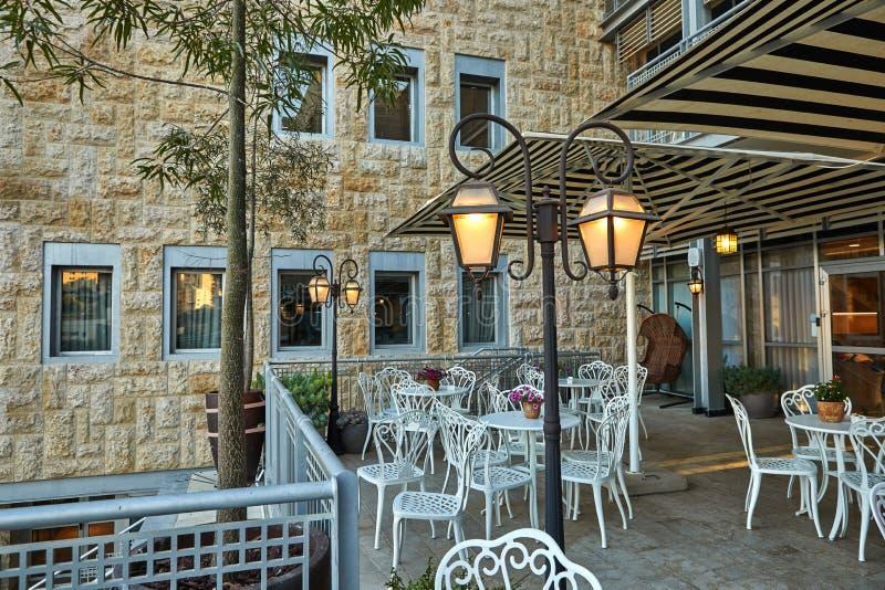 Śliczna kawiarnia w Jerozolimskim wieczór fotografia stock