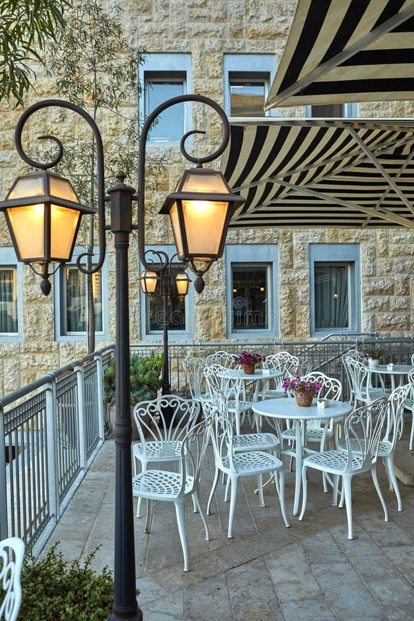 Śliczna kawiarnia w Jerozolimskim wieczór obraz royalty free