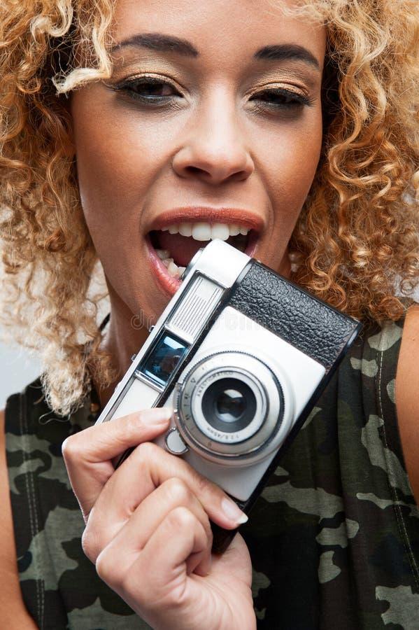 Śliczna kobieta Gryźć Retro kamerę zdjęcia royalty free
