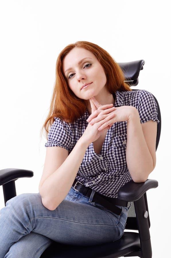 Śliczna kobieta w krześle zdjęcie royalty free