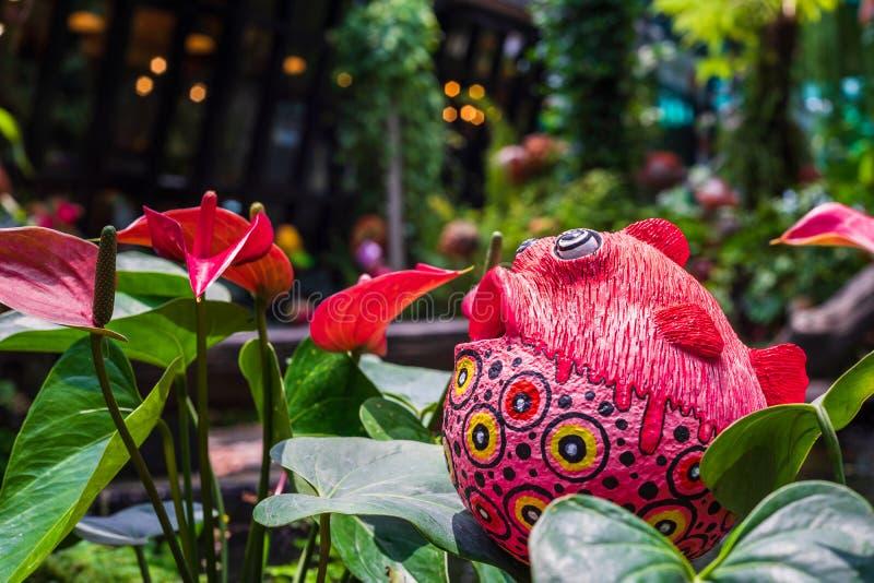 Śliczna kolorowa rybia statua i rewolucjonistki anthurium flowes &-x28; tailflower, flaminga kwiat, laceleaf &-x29; dekoracja w  obraz stock