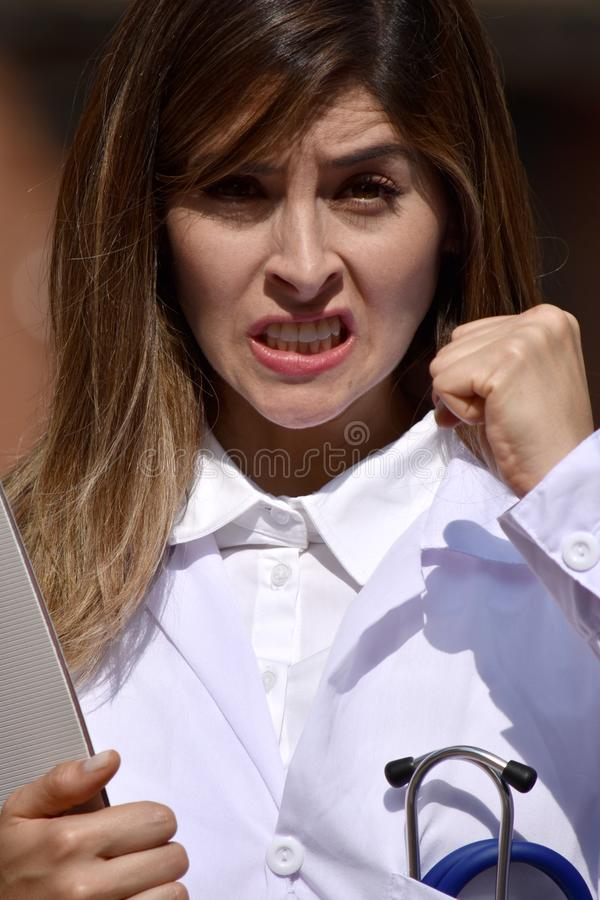 Śliczna Kolumbijska kobiety lekarka Pod stresem Z schowkiem zdjęcie royalty free