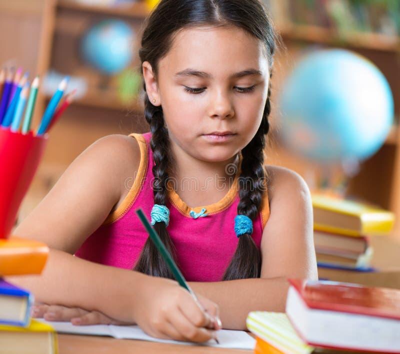 Śliczna latynoska dziewczyna w sala lekcyjnej przy szkołą zdjęcie stock