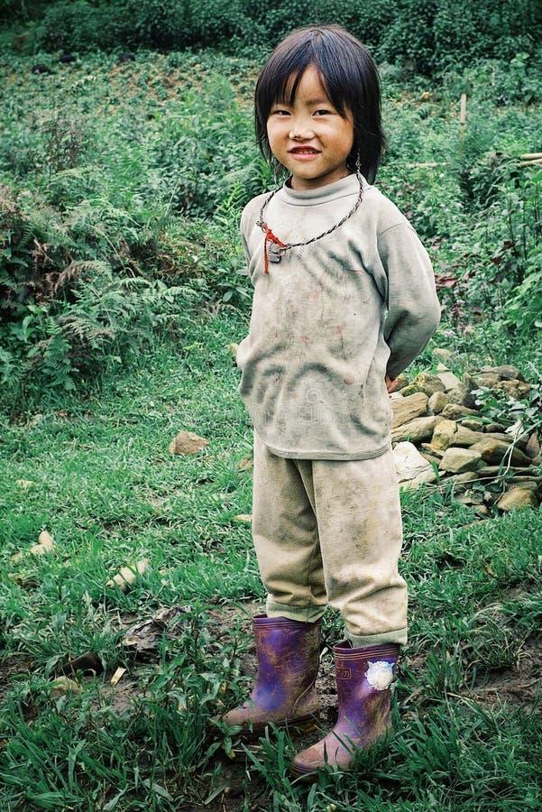 śliczna lokalna hmong plemienia członka młoda dziewczyna obok ich rodzinnego rolnego pola obrazy royalty free