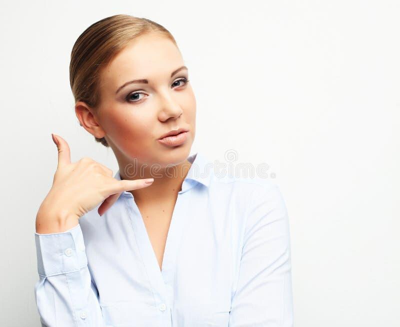 Śliczna młoda atrakcyjna kobiety mienia ręka blisko ucho wezwania fotografia stock