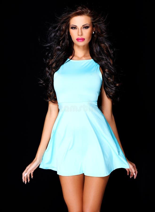 Śliczna młoda brunetka pozuje w błękit sukni fotografia stock