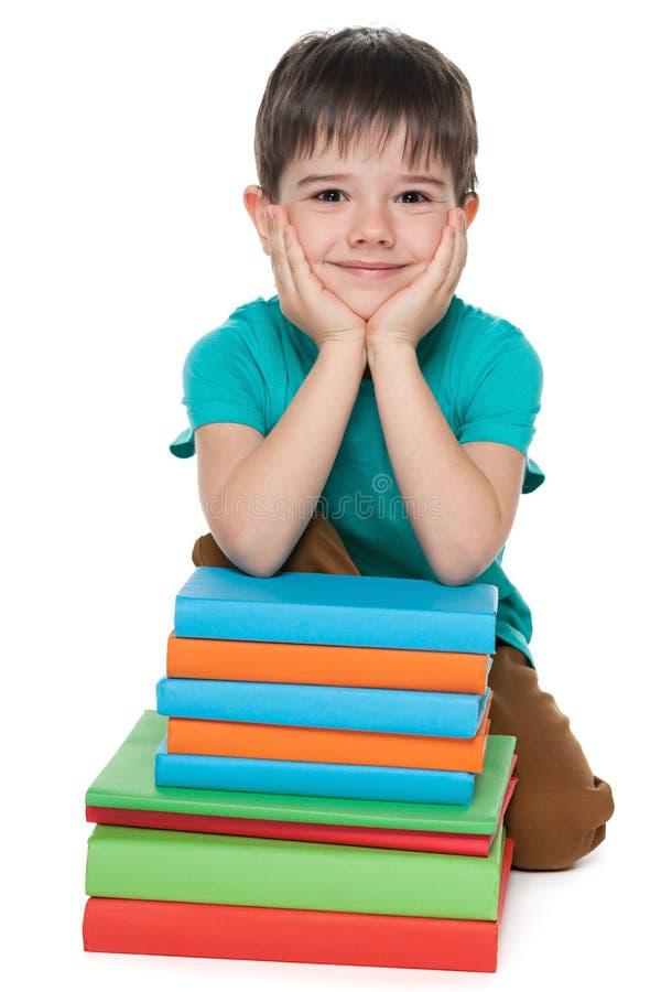Download Śliczna Młoda Chłopiec Blisko Rezerwuje Zdjęcie Stock - Obraz złożonej z przystojny, odpoczynek: 41951430