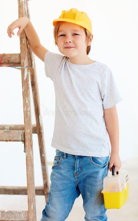 Śliczna młoda chłopiec, brygadier pozycja blisko drabiny fotografia royalty free