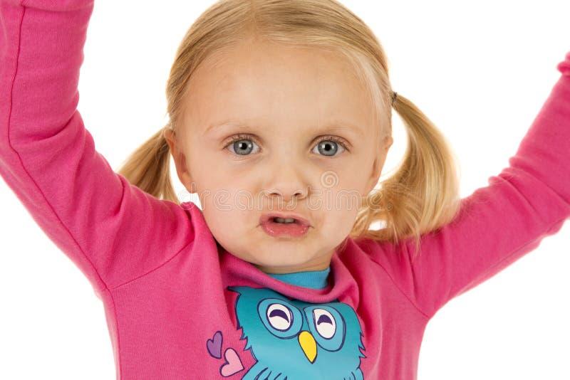 Śliczna młoda dziewczyna jest ubranym zim piżamy z jej rękami w powietrzu fotografia royalty free