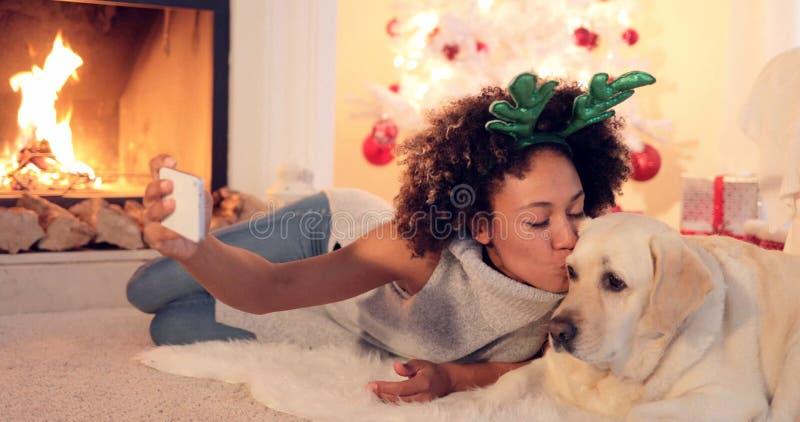 Śliczna młoda kobieta bierze selfie z jej psem zdjęcia royalty free