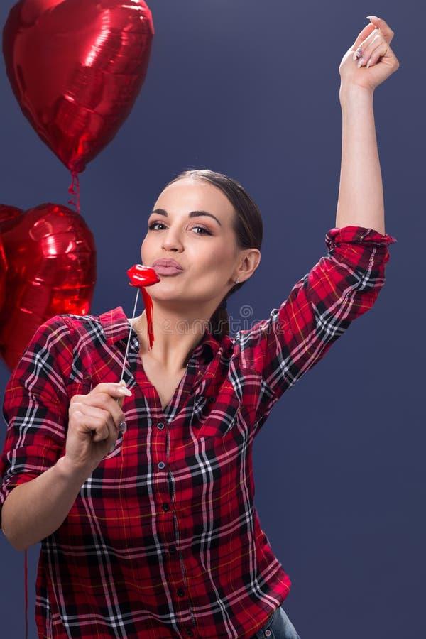 Śliczna młoda kobieta dmuchać buziaki obrazy stock