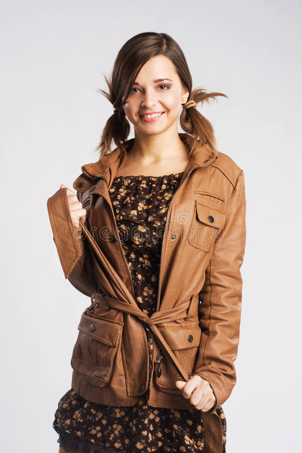 Śliczna młoda kobieta jest ubranym skórzaną kurtkę zdjęcia royalty free