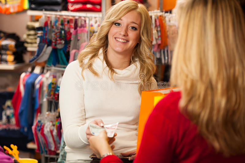 Śliczna młoda kobieta płaci po succesfull zakupu  fotografia stock