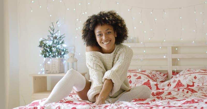 Śliczna młoda kobieta relaksuje w domu przy bożymi narodzeniami zdjęcie royalty free