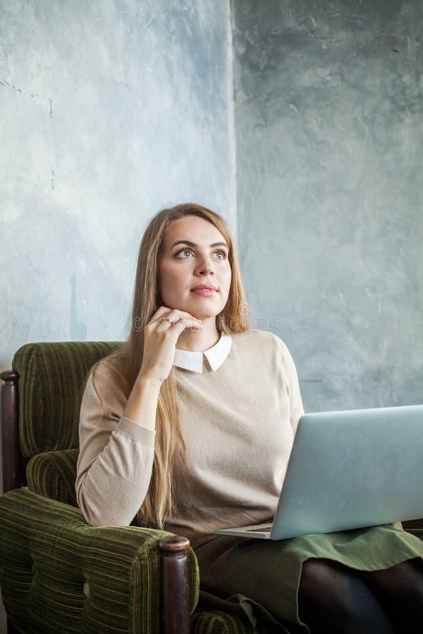 Śliczna młoda kobieta Używa laptop i Surfujący sieć obrazy stock