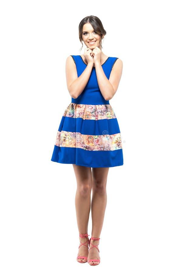 Śliczna młoda kobieta w błękit sukni z perfect uśmiechem przyglądającym z głową w rękach up fotografia royalty free