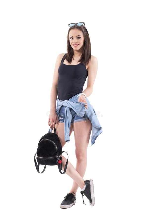 Śliczna młoda modna kobieta w nowożytnych lato ulicy stylu ubraniach uśmiechniętych i patrzeją kamerę zdjęcie royalty free