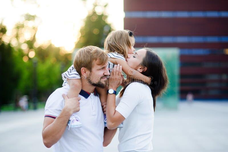 Śliczna młoda rodzina na letnim dniu w miasto kwadracie obraz stock