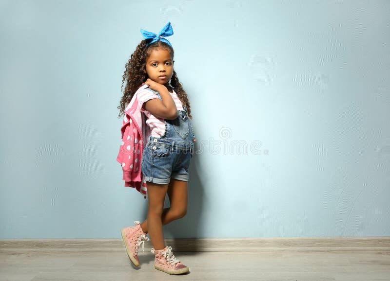 Śliczna mała amerykanin afrykańskiego pochodzenia dziewczyna w drelichu obrazy royalty free