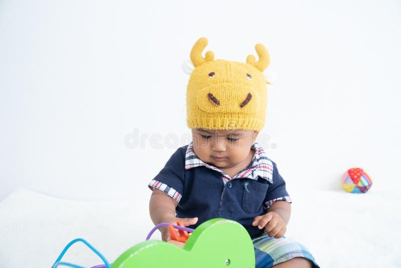 Śliczna mała azjatykcia chłopiec sztuki zabawka obraz royalty free