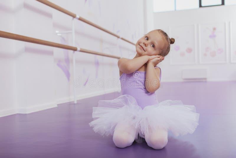 Śliczna mała baleriny dziewczyna ćwiczy przy taniec szkołą zdjęcia stock